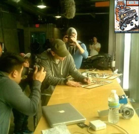 Eminem подписывает плакаты в поддержку Detroit Tigers