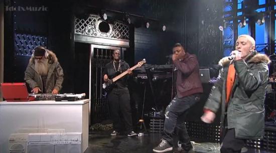 Eminem выступил наканале SNL вместе сРиком Рубином иСкайлар Грей.