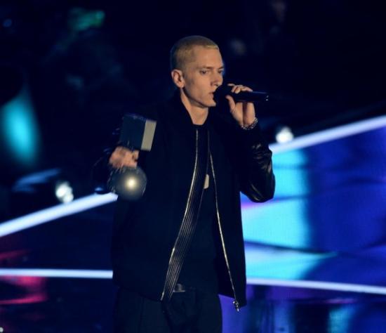 Eminem держит в руках две награды mtv ema 2013