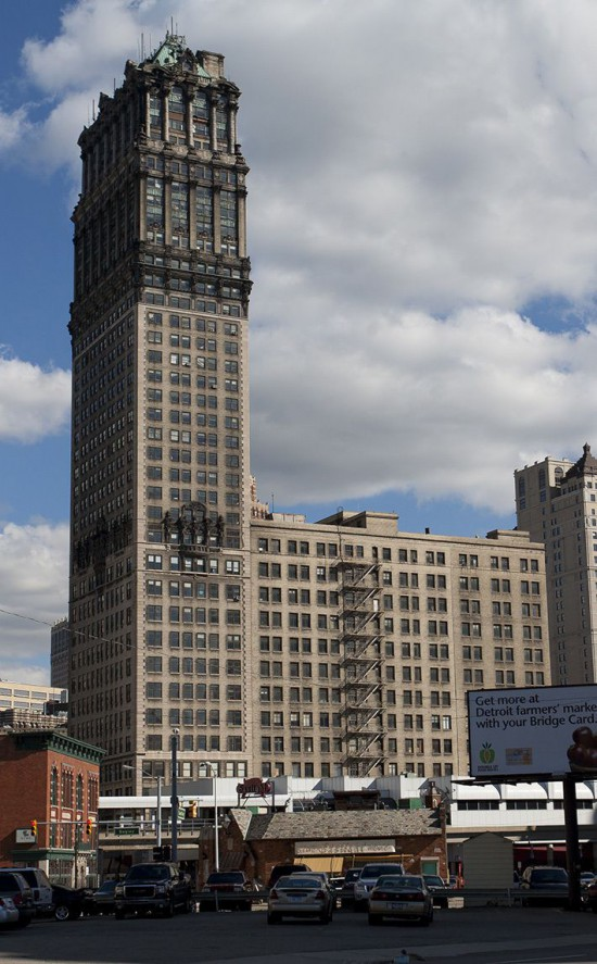 38-этажный 145-метровый небоскреб Book Tower пустует с конца 1980-х. Взлёт и падение Детройта. Detroit - дом Eminem