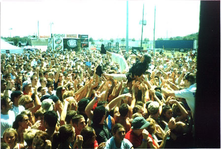 Бро из Black Eyed Peas прыгнул в толпу / The homie from Black Eyed Peas crowd surfs