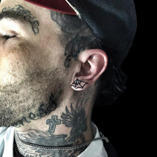 Yelawolf набил новую татуировку на мочку уха на фестивале Musink 2016 Day 1