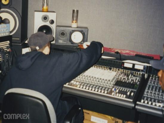 """Eminem в процессе сведения трека """"As The World Turns."""" Burbank, Калифорния (Июнь 1998) Фотография Noah Callahan-Bever."""