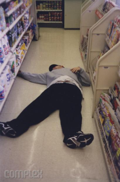 Eminem притворяется мёртвым на полу в 7-Eleven. Burbank, Калифорния (Июнь 1998) Фотография Noah Callahan-Bever