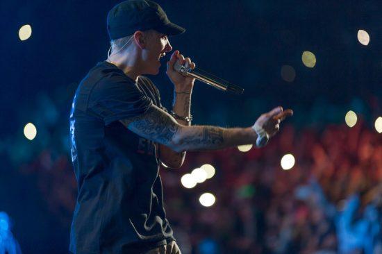 Почему Eminem выступает в одной и той же кепке? Она ему нравится?