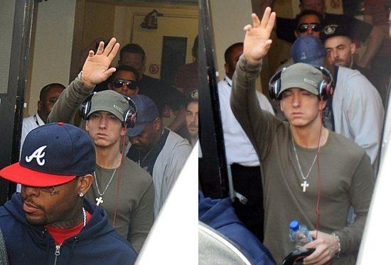 Когда Eminem выходит из отеля, его всегда ждёт толпа фанатов
