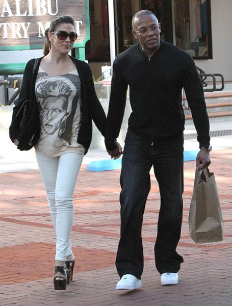 Dr. Dre со своей женой Nicole Threatt гуляют по Малибу