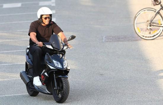 Dr. Dre катается на скутере в Saint-Tropez