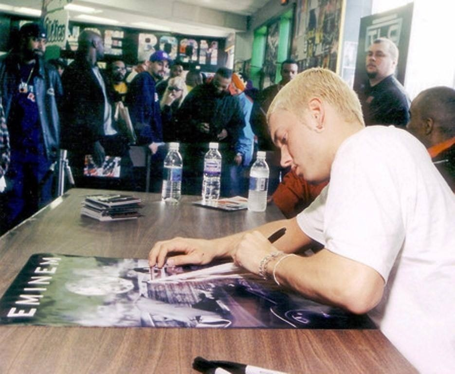 Eminem подписывает автограф
