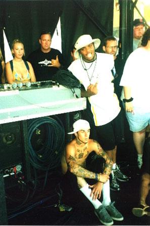 Denine и его средний палец рядом с барабанщиком Blink 182 / Denine flippin' off next to the drummer of Blink 182