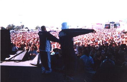Эм и Пруф качают толпу во время Warped Tour / Em & Proof rock shockin' it on the Warped Tour.