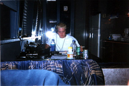 Шейди пишет текст в автобусе / Shady writes lyrics on the tour bus