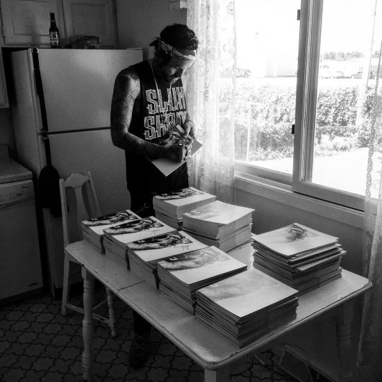Yelawolf подписал Lyric-буки из предзаказа «Love Story»