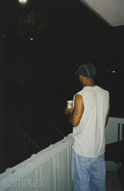 Royce в раздумье на балконе апартаментов Eminem'а. Burbank, Калифорния (Июнь 1998) Фотография Noah Callahan-Bever.