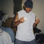 Royce позирует с обезболивающими, купленными южнее границы, в его грязной комнате в квартире Eminem'а (June 1998) Фотография Noah Callahan-Bever.