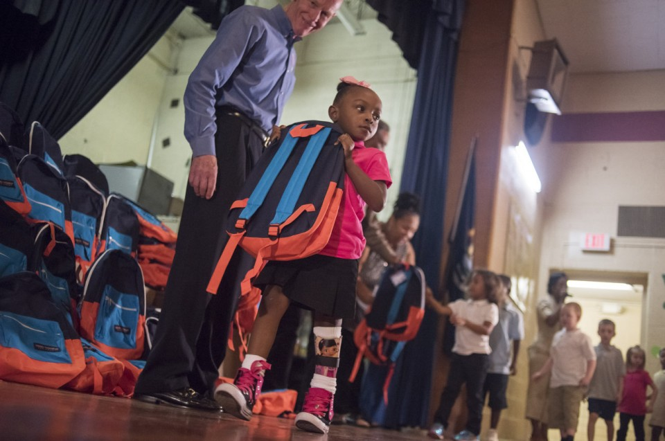 Ученики Флинта получили школьные рюкзаки от Эминема