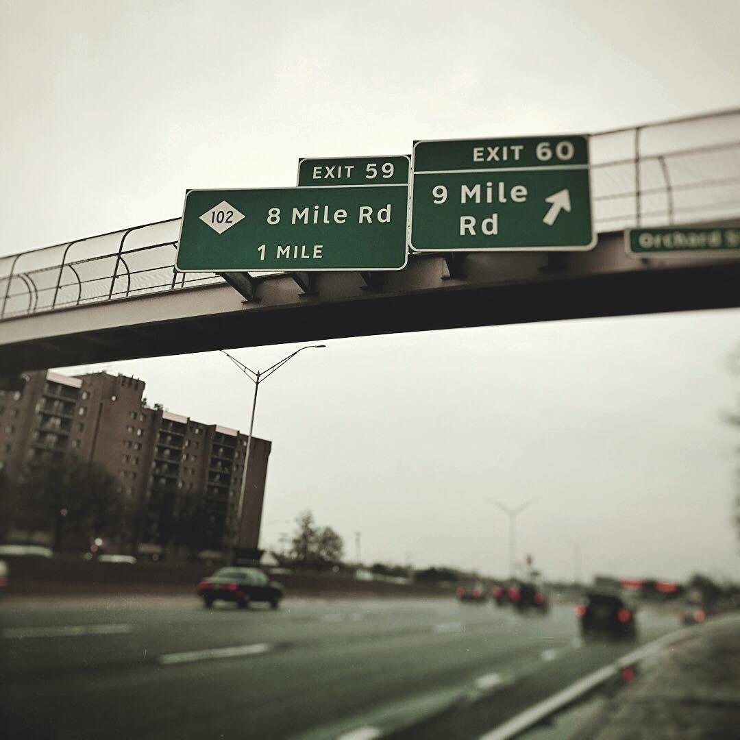 FredWreck поделился в своих Instagram Stories фотографией, на которой запечатлено шоссе со съездом на знаменитую Восьмую милю.