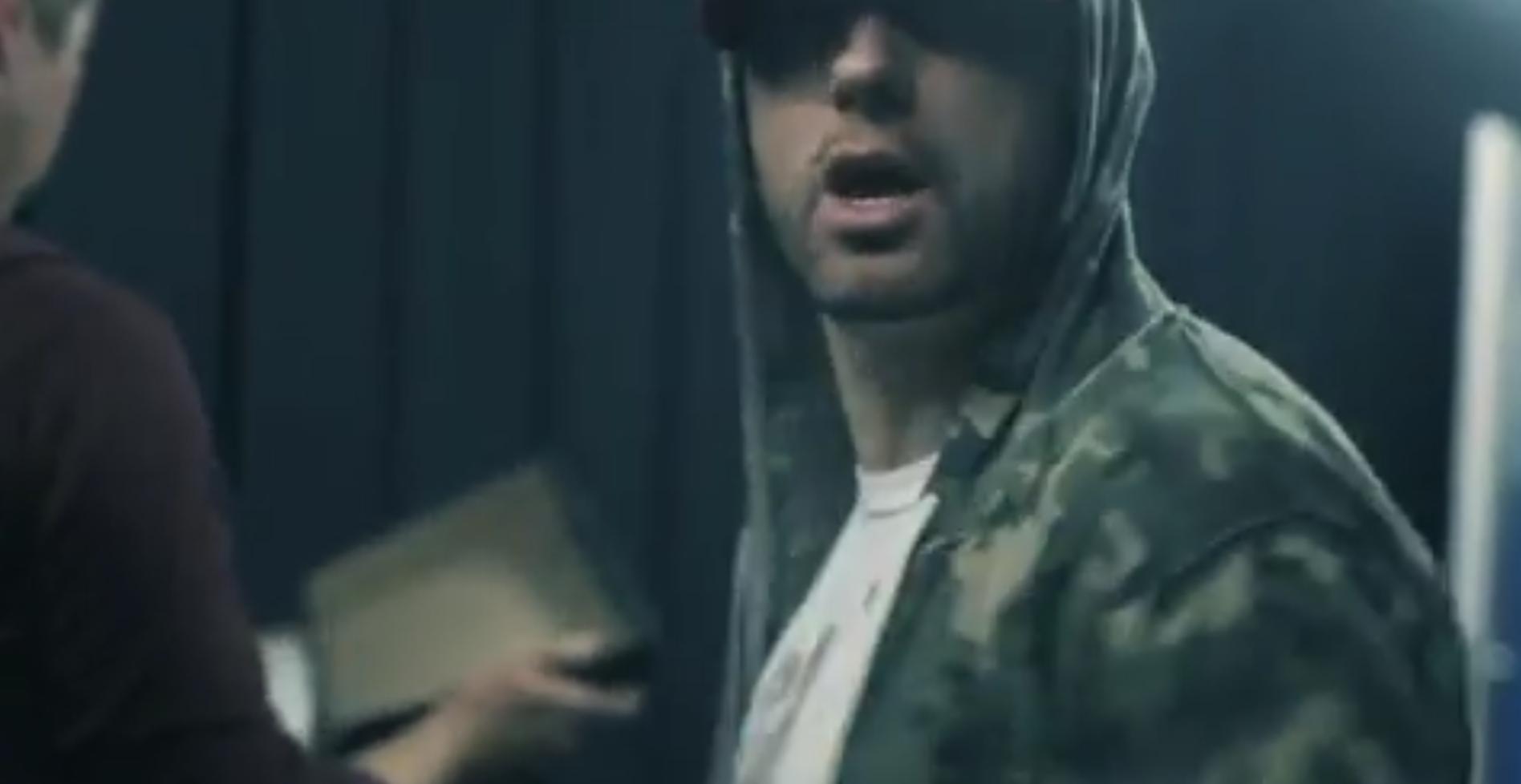 Eminem выпустил коллекцию мерчендайза с автографами в память о туре по Великобритании