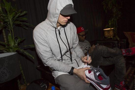 в 2013-ом году Eminem подписал для Small Steps Project пару кроссовок Nike, которые носил во время своего концерта на фестивале Pukkelpop в Бельгии