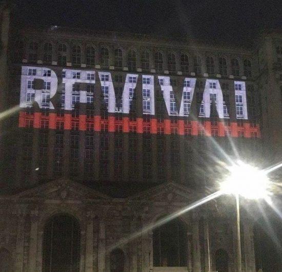 На зданиях в Детройте разместили логотип и обложку альбома «Revival»