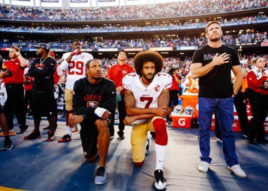 Колин Каперник - американский футболист, играющий в НФЛ. Он наиболее известен тем, что встал на колено во время государственного гимна, чтобы бороться с «угнетением чернокожих и цветных людей». В ответ на это многие, включая Дональда Трампа, напали на Каперника и других, которые решили встать на колено