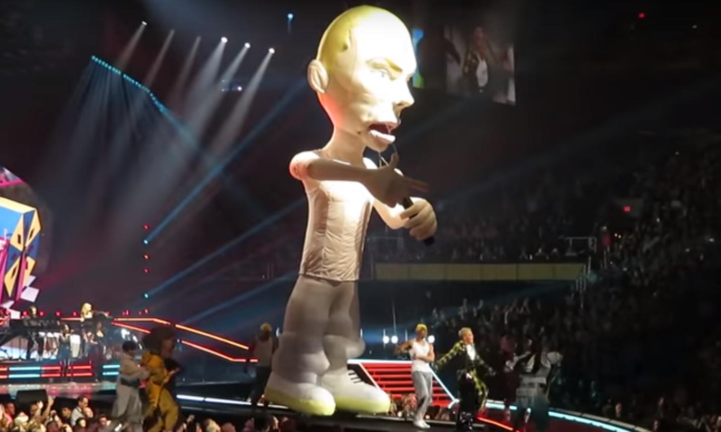 Pink и огромная кукла Eminem'а исполнили сингл «Revenge» на концерте в Фениксе