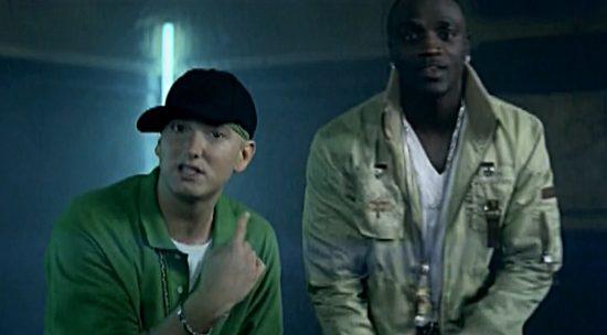 23 марта Британская BPI Music присвоила треку Akon'а и Eminem'а «Smack That» платиновую сертификацию
