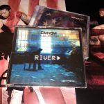 В феврале самый успешный сингл нового альбома Эминема вышел на CD. В редакцию «Eminem.Pro» пришла посылка с парой новеньких дисков «River». Давайте распаковывать.
