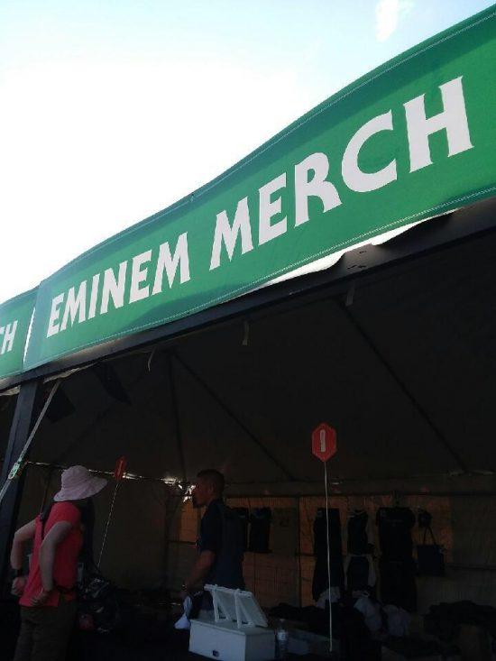 На фестивале Boston Calling 2018 уже открылся бутик с мерчендайзом Эминема. Как хедлайнеру мероприятия, ему отведён целый стенд.