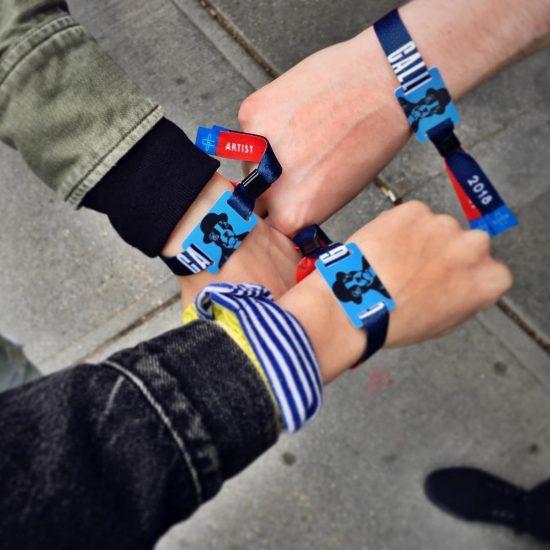 А вот так выглядят пропускные браслетики с Boston Calling 2018. У частых гостей таких мероприятий этими браслетами обвешаны все руки.
