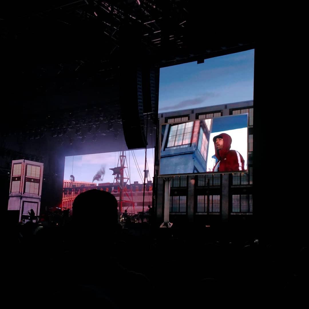 Eminem поделился «традиционным» селфи, на котором он вместе со своим менеджером Полом Розенбергом выглядывают со сцены фестиваля Boston Calling