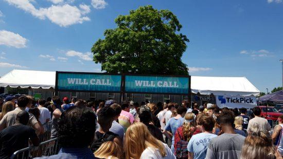На фестивале невероятно высокая посещаемость. Уже 3 часа дня, а люди всё прибывают. Вот так выглядит очередь у касс получения пропускных браслетов (бокс офис).