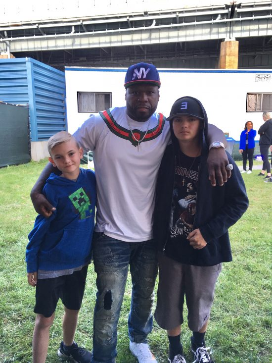 50 Cent Eminem и благотворительный фонд Make-A-Wish исполняют мечты фанатов. Эм встретился с фанатами на фестивале The Governors Ball и сделал ещё несколько детей с серьёзными заболеваниям чуточку счастливее.   David Praniuk
