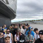 К14часам организаторы соорудили палатку регистрации. Кэтому времени наша очередь заметно увеличилась вразмерах, было человек 300. Стало понятно, что VIP-гости займут все первые ряды, неоставляя шансов попасть близко ксцене остальным фанатам собычными билетами. Поданным, которыми проект «Eminem.Pro» располагает изофициальных источников , всего было продано 500VIP-билетов.