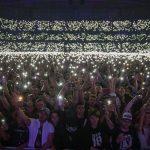 Это поистине волшебный момент, который влучшем своём проявлении мынаблюдали именно наконцерте вСтокгольме. Тысячи людей зажгли свои огоньки ивесь стадион осветился тысячами светящихся точек. Фотограф Эма, Jeremy Deputat, подошёл кнам исделал просто потрясающие кадры.