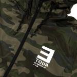 EM-SMMR18.USA-EUR CAMO JACKET Эта ветровка цвета хаки выпускалась для концертов в США и доступна в очень ограниченном количестве. Она украшена логотипом тура и перечнем дат на задней стороне.