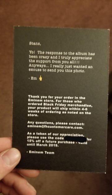 все фанаты, сделавшие заказ мерчендайза с Чёрной Пятницы в официальном магазине Эминема получили от Эма рождественскую открытку с шутливым поздравлением