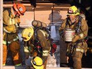 Пожарные выносят из Universal Studios Hollywood барабаны с лентами мастер-записей