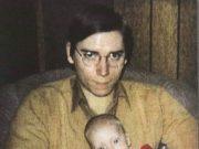 Маршалл Брюс Мазерс-младший держит на руках маленького Эминема