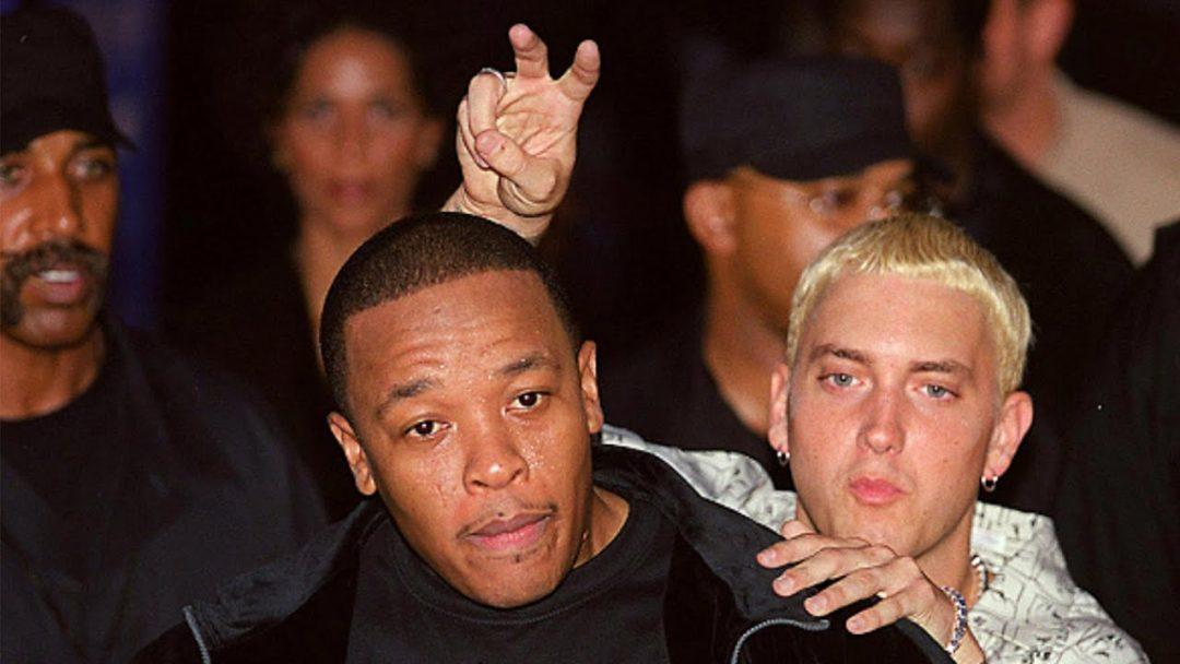 Эминем и Доктор Дре во время вечеринки MTV Music Awards 1999 года в Линкольн-центре в Нью-Йорке, штат Нью-Йорк, США. (Фото Джеффа Кравица/FilmMagic, Inc)